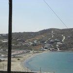 L'hotel sopra la baia visto dal centro di Mykonos.