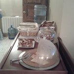 Отдельный столик с хлебом, булками и прочей выпечкой.