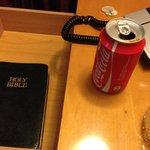 Biblia en una mesita de noche