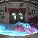 Vu de l'intérieur de la roulotte Esmeralda