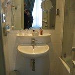 BATHROOM SINK (SPOTLESSLY CLEAN)
