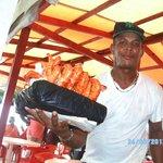 Este vendedor sirvió un camarón y facturó por 12 camarones