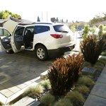 El patio y aparcamiento.