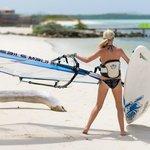 surfster die vanaf het strand gaat surfen