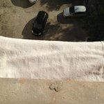 Ar-condicionado coberto com toalha de banho para absorver barulho de goteira do aparelho do anda