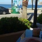 desayunando en la terraza de la cafeteria