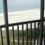 Frente al hotel la playa es extensa y de arena blanca