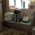 民宿やまねこ 台所の炊飯器、電気ポット やかんは自由に無料で使えます。