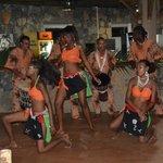 cena africana con danzatrici
