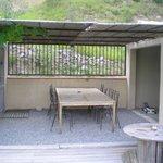 Terrasse ombragée au bord de la piscine