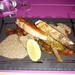 saumon, petits légumes et sauce champignon
