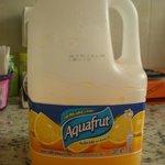 El fabricante dice que esto es agua sabor naranja.Según el b&b sirven jugo (zumo),que no es lo m