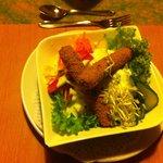 Salat mit gebackenen Mozarella-Sticks