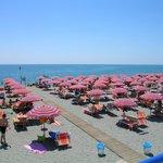Dettoglio della spiaggia con gli ombrelloni