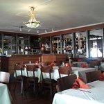Der Gastraum mit Bar