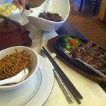 Aiguillettes de canard, nouilles, boeuf sauté et riz cantonais