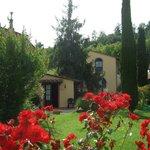 zijzicht vanaf La Glicine op de receptie en mooie woning van de fa. Bracci
