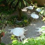 Blick auf den Garten: dort wird Frühstück serviert