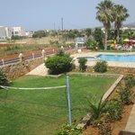 campo da pallavolo e piscina
