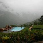 La piscine devant les chutes embrumées