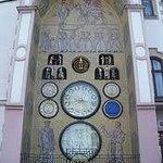 Reloj astronomico y danzarines en las ventanas superiores, en el edif del Ayuntamiento