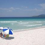 Em frente à praia paradisiaca, agreste e bela, com suas areias brancas e águas azul turquesa