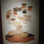 Descripción  gráfica de las joyas encontradas en una caja de madera.