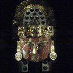Tocado ceremonial, máscara con los característicos ojos alados.