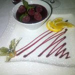Panna cotta, coulis de fruits rouges et framboises fraîches