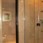 la salle de bain douche plus baignoire !!