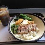 香港式BBQライス、2種類(蒸し鶏と炙り豚バラ)、定番メニュー