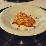 Crujiente de bacalao con almendras laminadas y crema de coliflor.