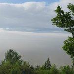 Vue sur le St-Laurent (sous la brume) depuis la terrasse