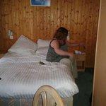 Chambre 3 étoiles avec vieux lambris au mur, lit miteux et moquettes sale