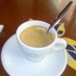 bon petit cafe matinal. serveuse joyeuse