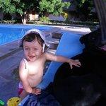 in piscina con laky