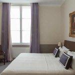 A guestroom / Une chambre