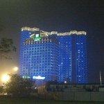Vue extérieure de l'hôtel multicolore