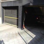entrée de garage face a l'hotel