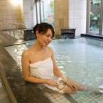 大浴場「らくだの湯」でスッキリ! (撮影のためタオル使用して入浴しています)