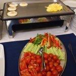 Омлеты и свежие овощи