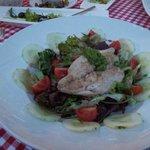 Hauptspeise 'Doradenfilet auf Salat der Saison'