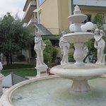 Fontana adiacente all' ingresso Hotel/Piscine Termali Petrarca