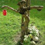 Uno strano personaggio si aggira nei giardini di Casa Anita. In foto una testimonianza inedita