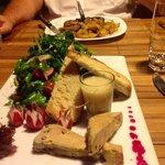 Ce plat de foie gras sur lit de roquette est une entrée