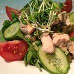 Mieszane sałaty z grillowanym łososiem
