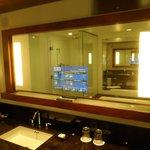 salle de bain avec télé dans le miroir