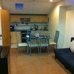 Salon avec kitchenette, table et lit 2 places