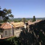 Blick von der Terrasse (und von den zwei hinteren Räumen) auf die 150 km entfernten Pyrenäen