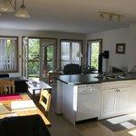 Zimmer mit Küche und Wohnbereich